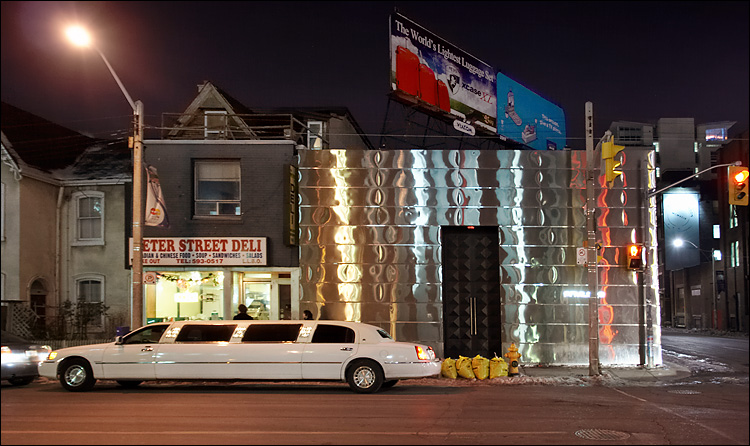 limo and deli    canon350d/ef17-40L@17   1/5s   f4   P   iso800   handheld