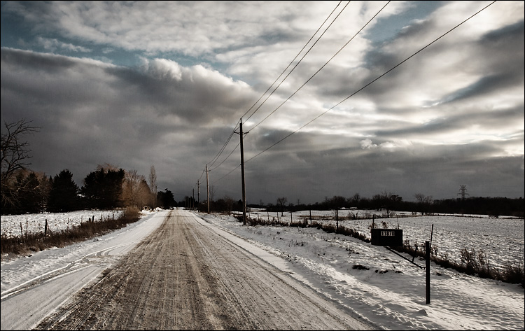 snowy road || canon350d/ef17-40L@17 | 1/200s | f10 | iso100 | handheld