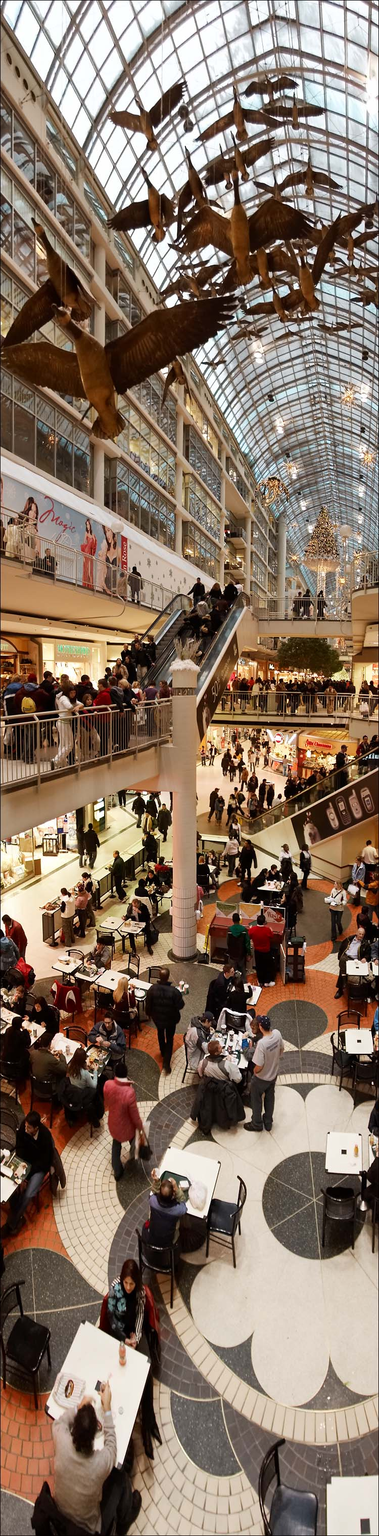 tall mall || canon350d/ef17-40L@17 | 1/25s | f4 | M | iso400 | handheld