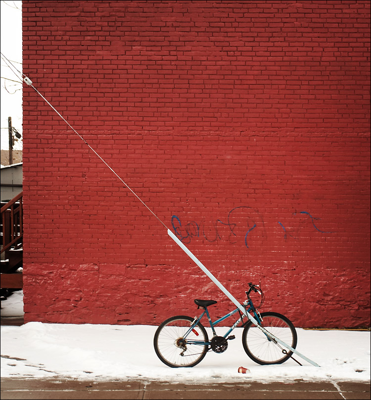 red wall, blue bike || canon350d/ef17-40L@33 | 1/50s | f5 | P | iso200 | handheld