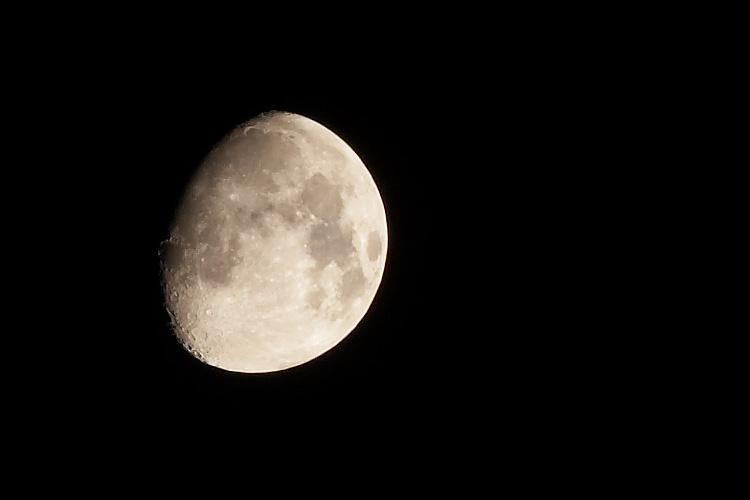 moon || canon350d/ef70-200f4L | 1/4s | f18 | iso100 | tripod