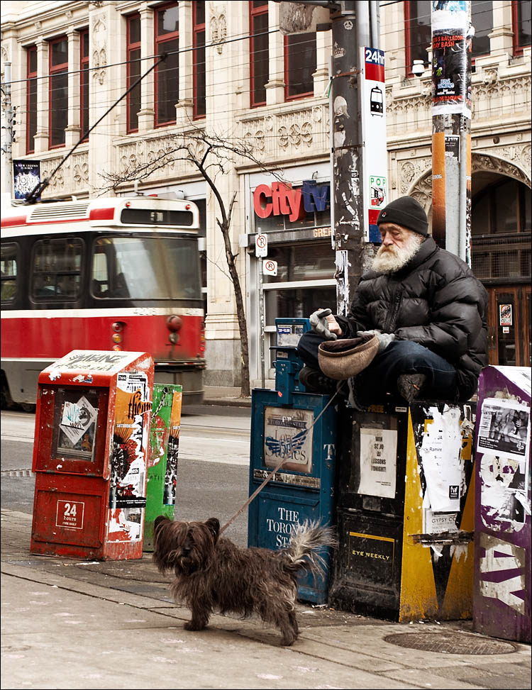 citytv, old man and the dog || canon350d/ef17-40L@40 | 1/100s | f5.6 | P | iso200 | handheld
