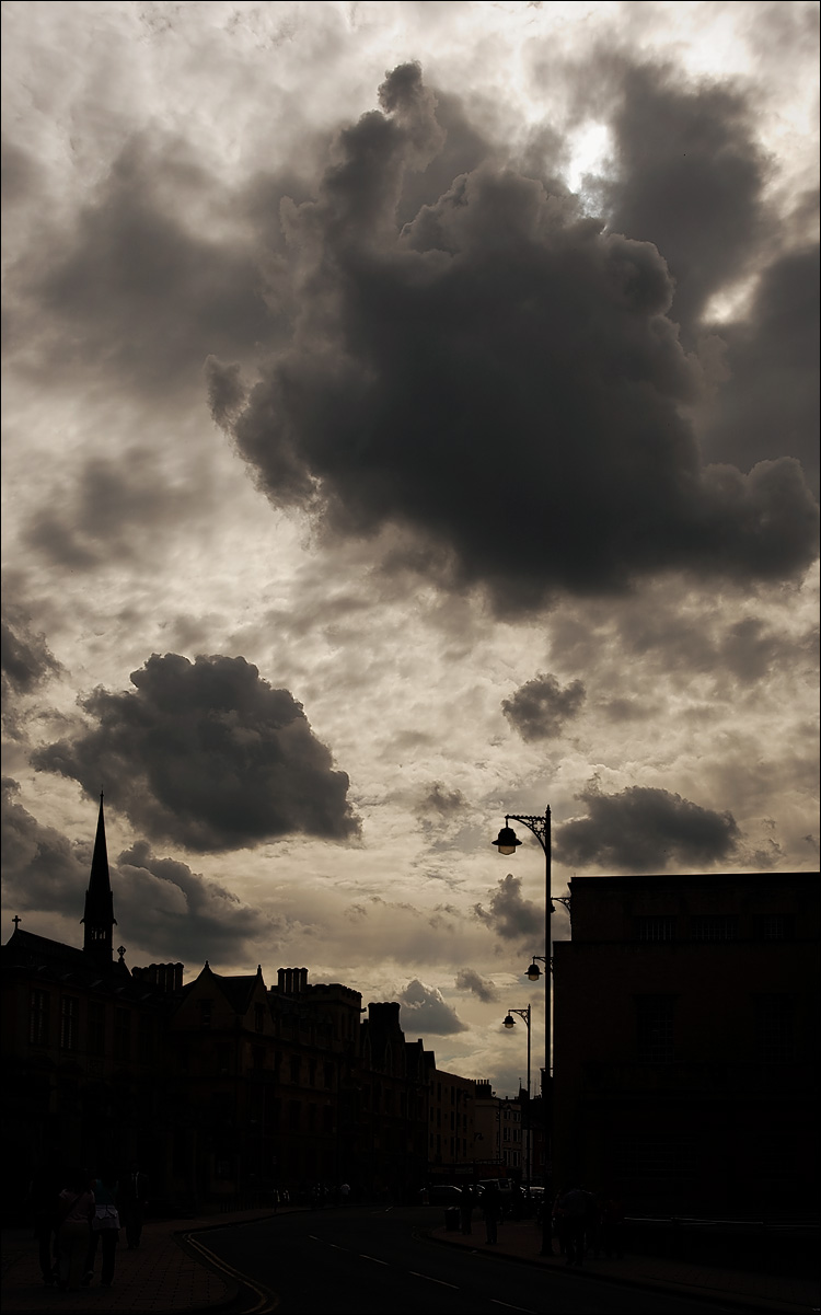 clouds over broad street    canon350d/ef17-40L@27   1/320s   f13   P   iso100   handheld