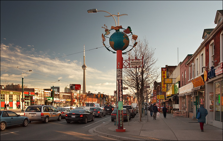 cn tower and kensington market || canon350d/ef17-40L@19 | 1/60s | f5.6 | P | iso100 | handheld