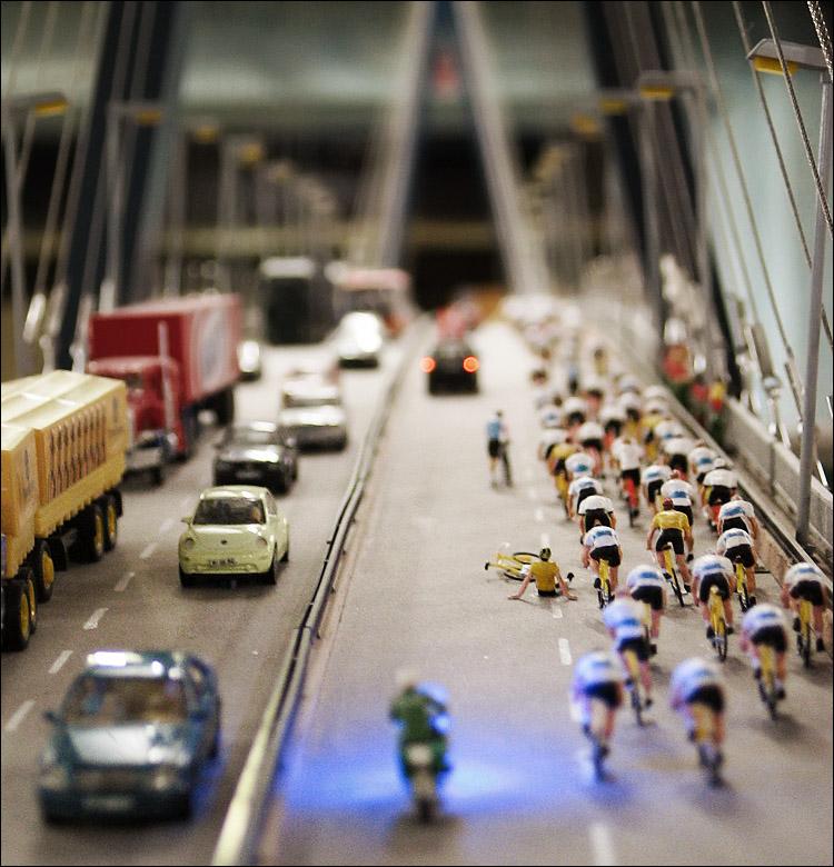 miniature bikers || canonG3 | 1/25s | f2.5 | iso200 | handheld