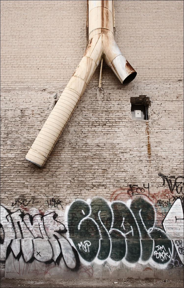 chute and graffiti || canon350d/ef17-40L@17 | 1/60s | f5 | P@eb+0.7 | iso200 | handheld