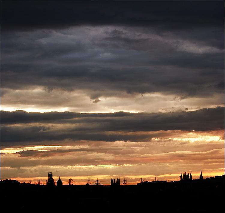 layered clouds || canon350d/ef70-200f4L@70 | 1/4s | f6.3 | iso100 | tripod
