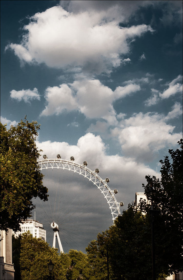 clouds above london eye || canon350d/ef17-40L | 1/125s | f6.3 | iso100 | handheld