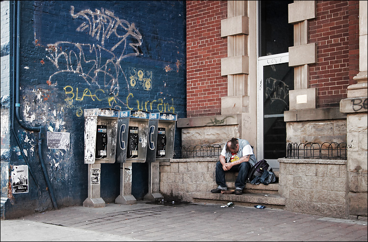 phone sleeper || canon350d/efs10-22@22 | 1/40s | f5 | P | iso100 | handheld