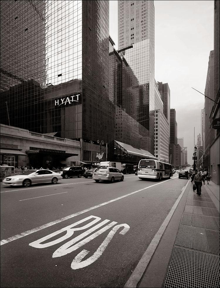 bus lane || canon350d/efs10-22@10 | 1/40s | f5.6 | Av@-1 | iso200 | handheld