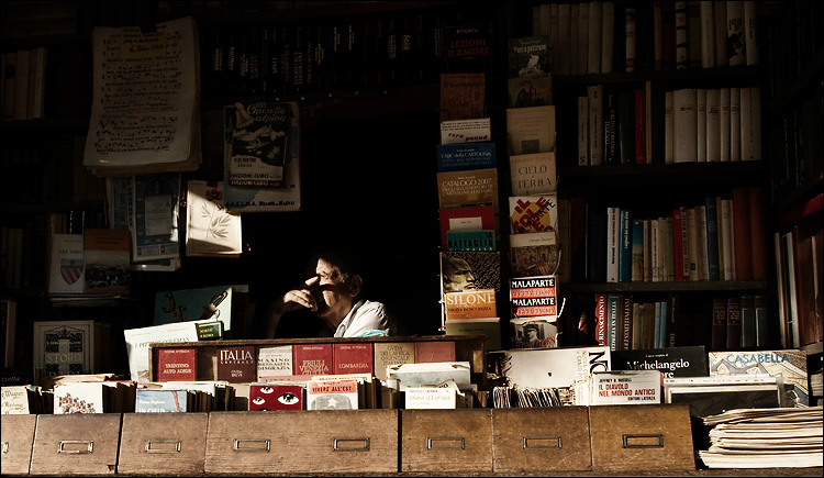 book seller || canon350d/ef17-40L@17 | 1/250s | f11 | P@-0.7 | iso200 | handheld