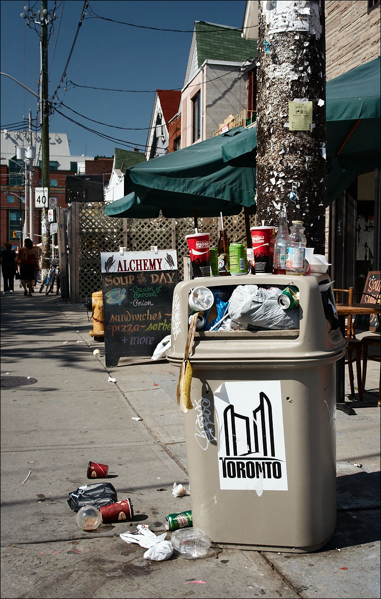 toronto garbage || canon 350d/ef17-40@27 | 1/200s | f9 | iso200 | handheld