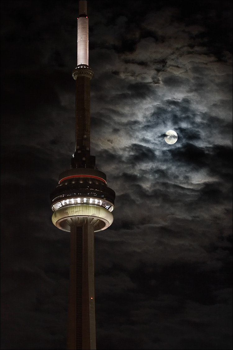moon and tower || canon350d/ef70-200f4L@81 | 1/3s | f4 | P@-0.2 | iso200 | tripod