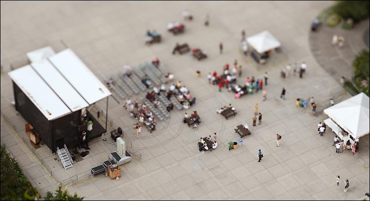 small people || canon350d/ef90 TS-E | 1/200s | f4 | Av | iso100 | handheld