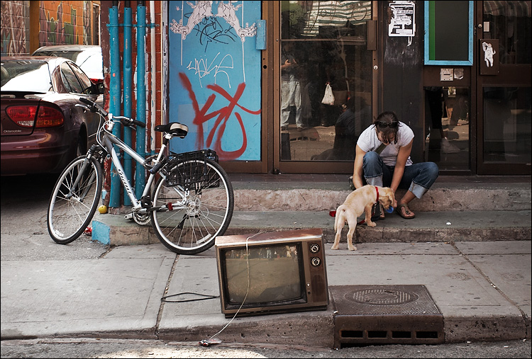 bike, tv, girl and dog || canon350d/ef17-40L@40 | 1/80s | f5 | P | iso200 | handheld