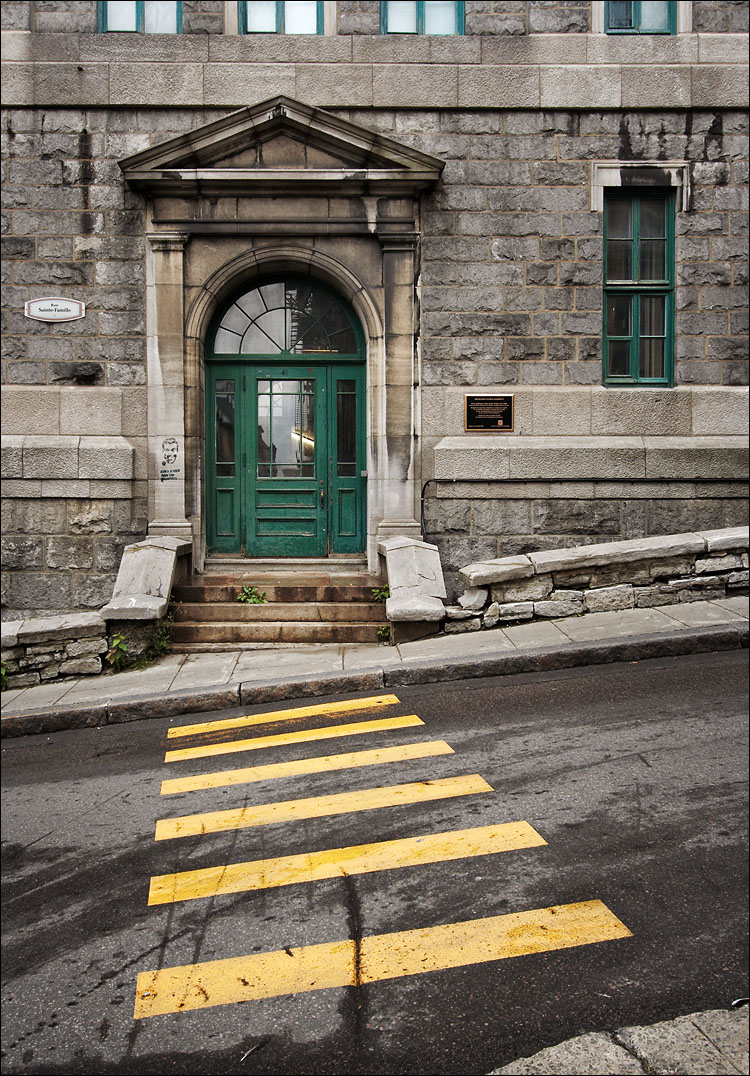 green door, yellow lines || canon350d/ef17-40L@18 | 1/60s | f7.1 | Av | iso200 | handheld