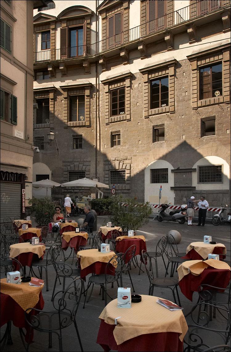 italian restaurant || canon350d/ef17-40@17 | 1/200s | f9 | P@-1 | iso400 | handheld