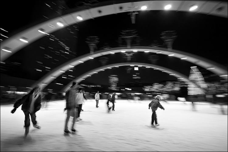 skater on christmas eve || canon350d/efs10-22@10 | 1/3s | f6.3 | M | iso400 | tripod