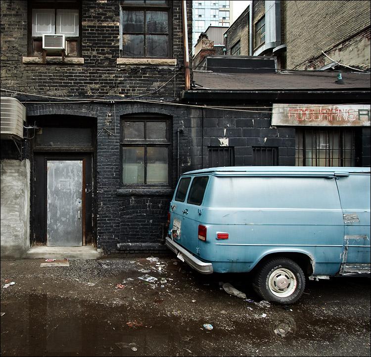 black wall, blue van || canon350d/efs10-22@10 | 1/60s | f5 | iso400 | handheld