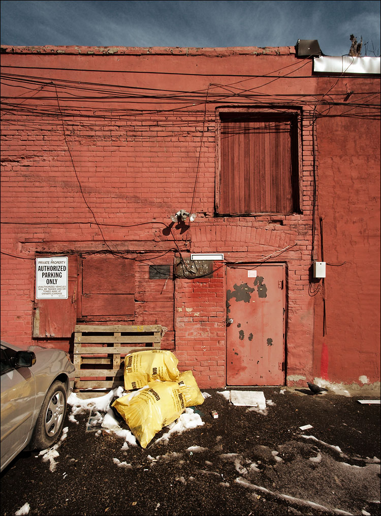 red wall, yellow garbage || canon350d/efs10-22@10 | 1/200s | f9 | iso200 | handheld