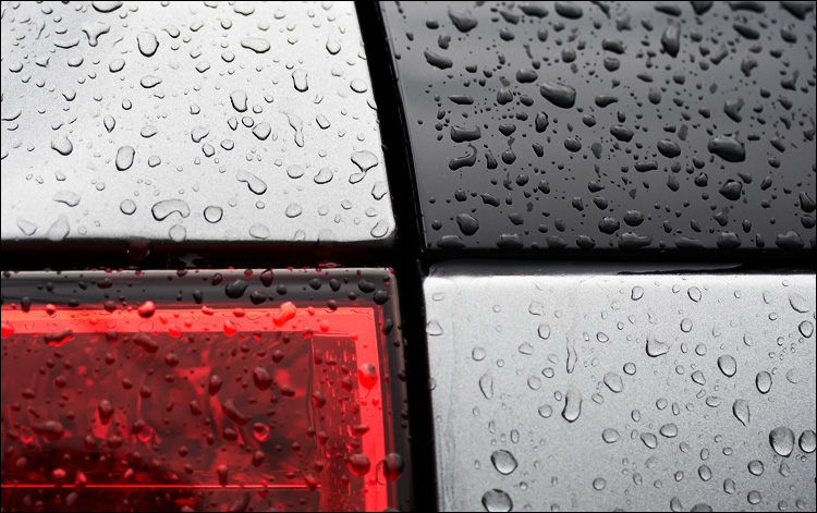 rain on grey and red || canon350d/efs60 | 1/100s | f3.5 | ISO400 | handheld