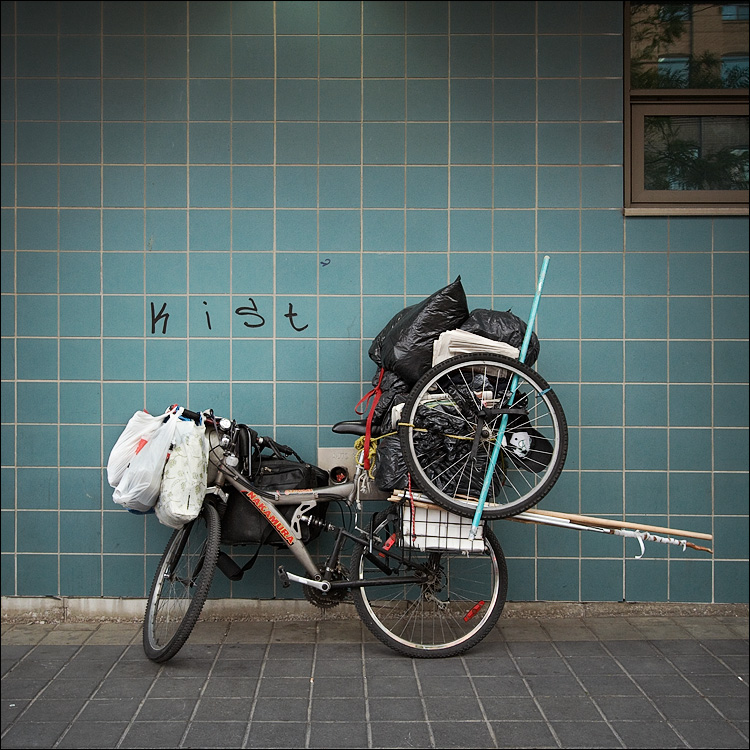 bike and blue tiles || canon350d/efs10-22@17 | 1/20s | f7.1 | ISO400 | handheld