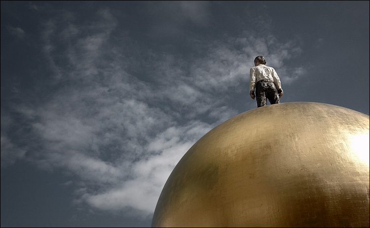 man and golden ball || canon5D/EF17-40L@40 | 1/200s | f10 | ISO200 | Handheld
