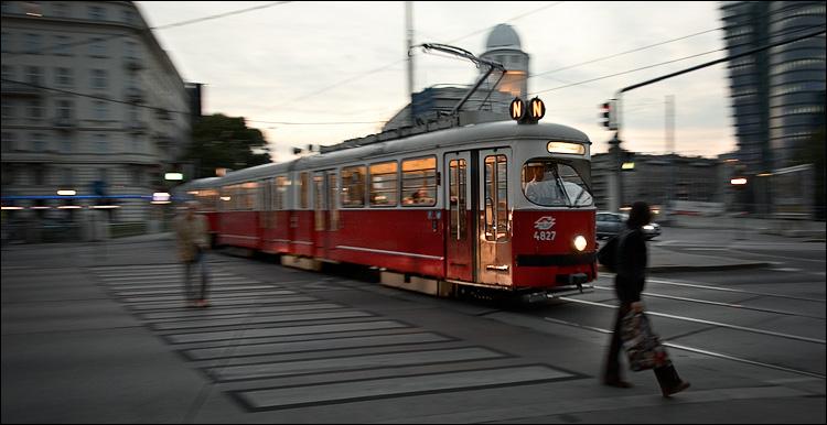 vienna tram    canon5D/EF17-40L@17   1/30s   f4   ISO400   Handheld