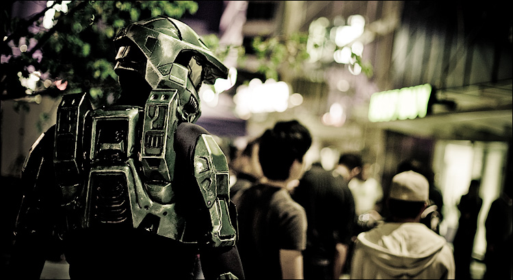 master chief on dundas || Canon5D/EF50f1.4 | 1/60s | f1.6 | ISO640 | Handheld