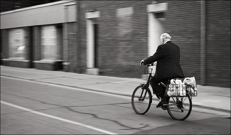 white haired cyclist || Canon5D/EF17-40L@408 | 1/30s | f4 | ISO400 | Handheld