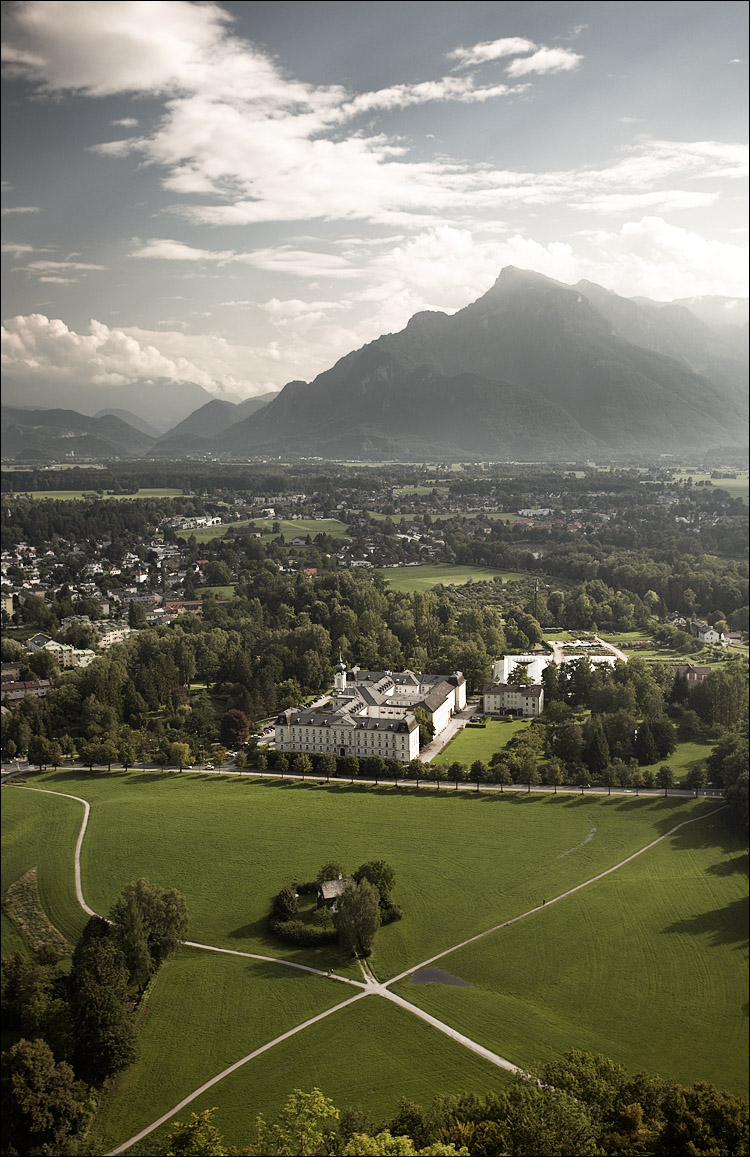 salzburg and mountains || canon5D/EF17-40L@34 | 1/80s | f6.3 | ISO100 | Handheld