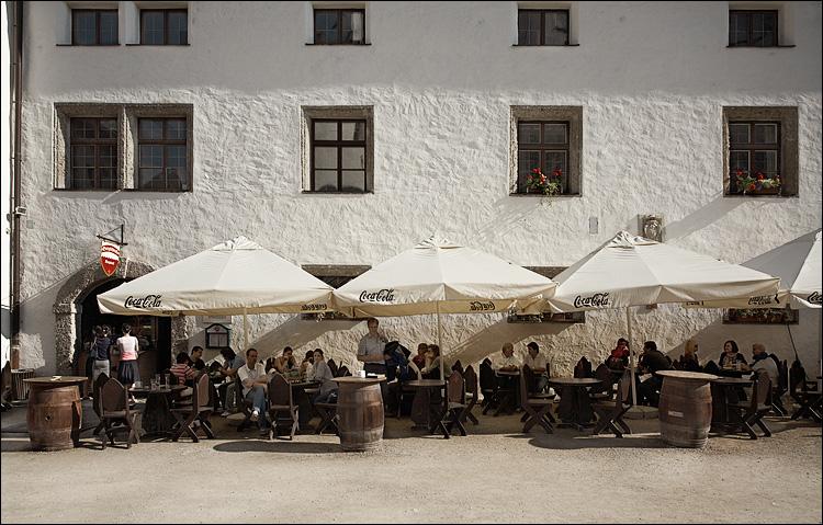 white restaurant || canon5D/EF17-40@24 | 1/125s | f8 | ISO100 | Handheld