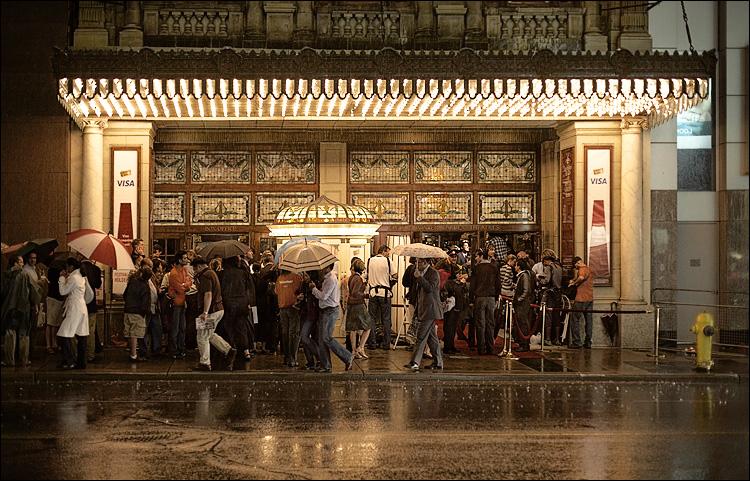 rainy theatre || Canon5D/EF50f1.4 | 1/100s | f2 | ISO800 | Handheld