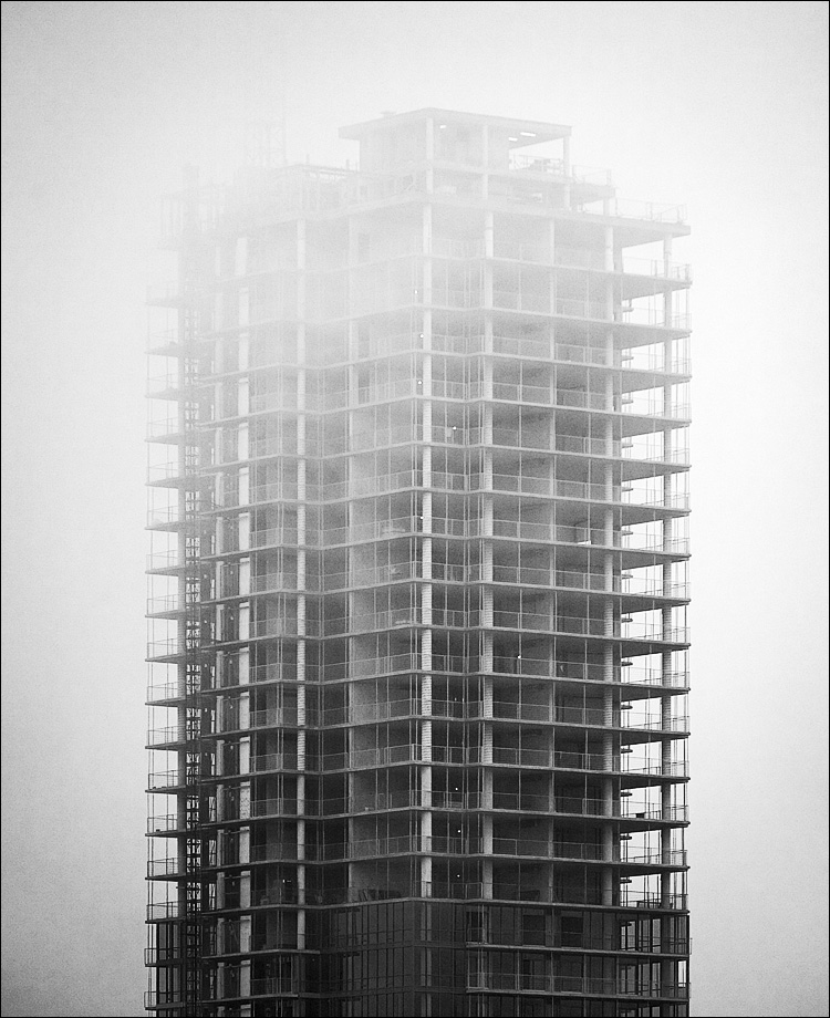 under fog and construction || Canon5D/EF70-200f4@184 | 1/250s | f5 | ISO100 | Handheld
