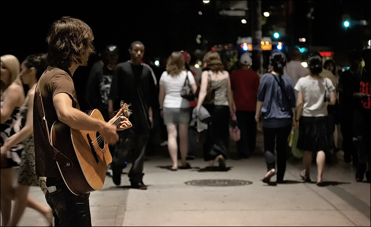 night guitarist || Canon350D/EFS60 | 1/60s | f2.8 | ISO800 | Handheld