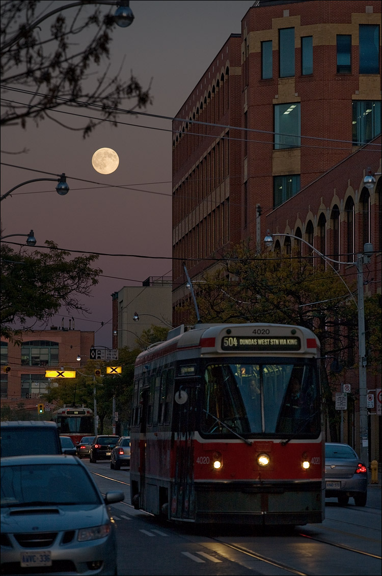 moon and streetcar || Canon5D/EF70-200f4L@168 | 1/160s | f6.3 | ISO400 | Handheld