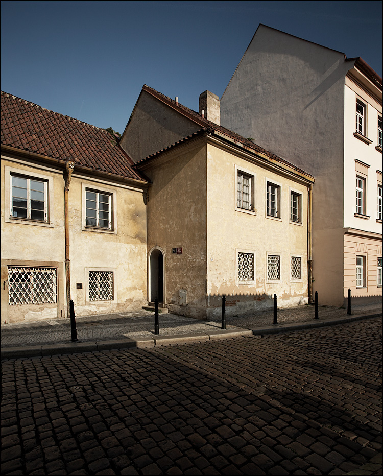 cobblestones and three buildings || Canon5D/EF17-40L@17 | 1/125s | f8 | ISO160 | Handheld