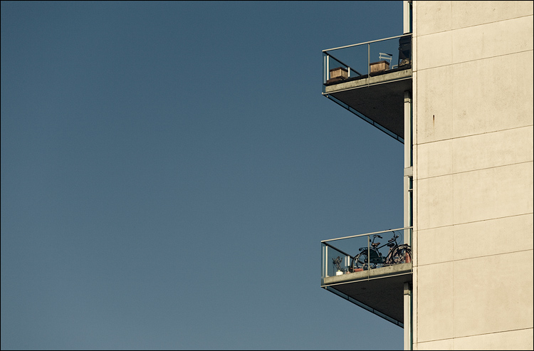 bike and balconies || Canon5D/EF70-200f4L@200 | 1/640s | f8 | ISO160 | Handheld