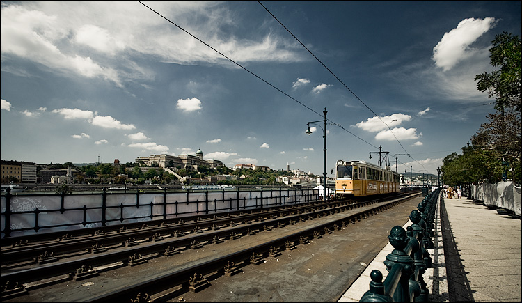 yellow tram, blue sky || Canon5D/EF17-40L@17 | 1/100s | f7.1 | ISO100 | Handheld