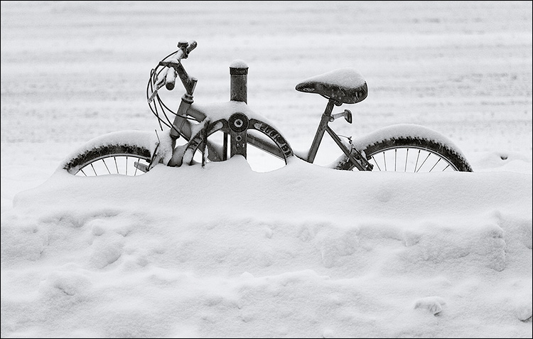 bike in white || Canon5D/EF100f2.8 | 1/100s | f2.8 | ISO400 | Handheld