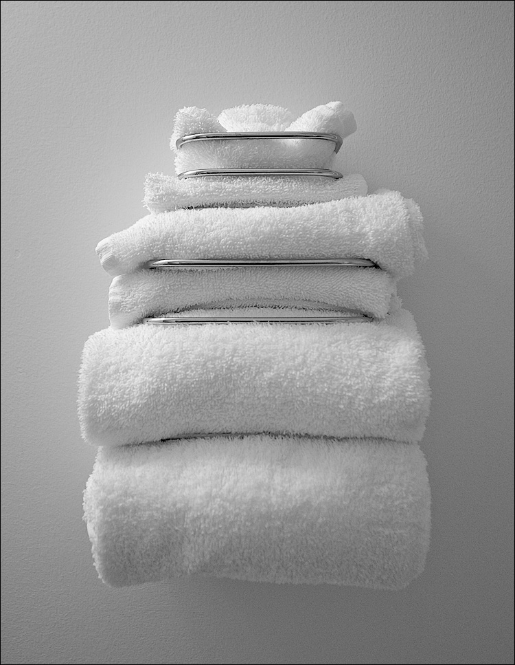 white towels || Canon5D/EF17-40L@40 | 1/40s | f4.5 | ISO800 | Handheld