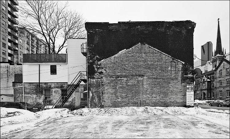 ghost of a house || Canon5D/EF17-40L@17 | 1/160s | f9 | ISO200 | Handheld