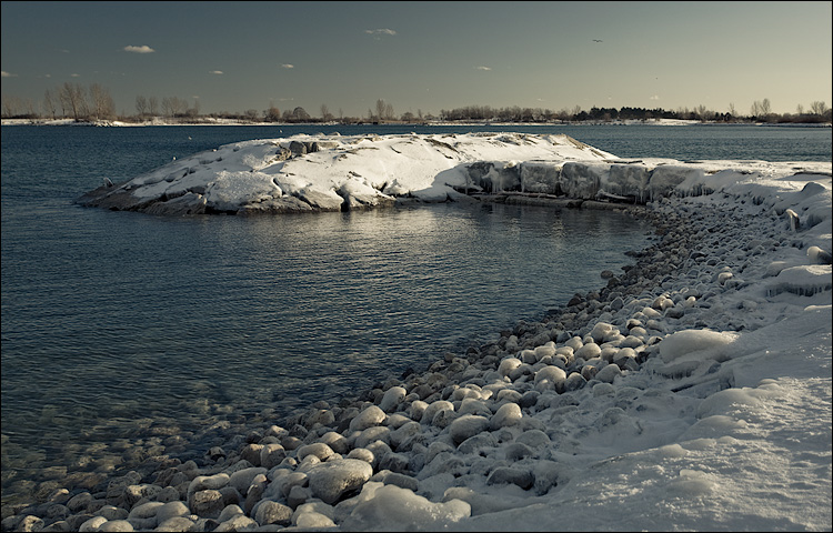 icy pebbles || Canon5D/EF17-40L@33 | 1/50s | f8 | ISO100 | Handheld