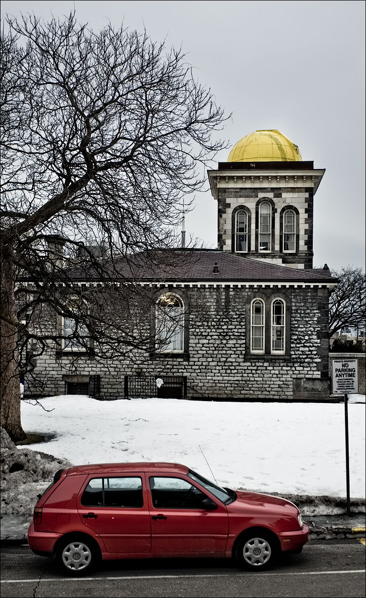 yellow-dome_red-golf_snow_01.jpg
