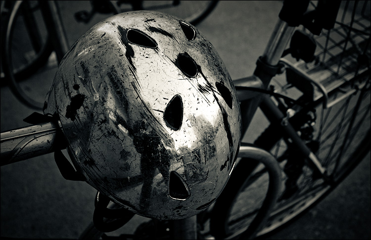 the helmet || Canon5D/EF17-40L@31 | 1/50s | f5 | ISO200 | Handheld