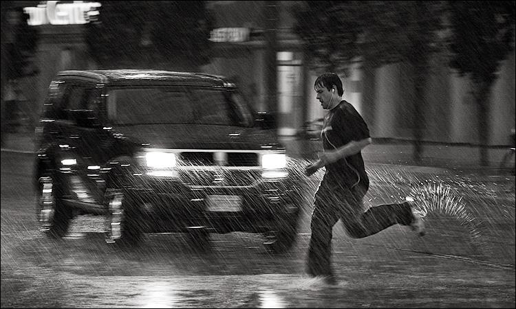 rain runner || Canon5D/EF100f2.8 | 1/60s | f2.8 | ISO640 | Handheld