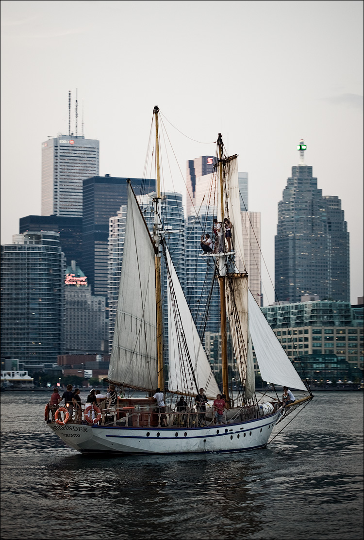 sail and the city || Canon5D/EF100f2.8 | 1/60s | f2.8 | ISO200 | Handheld