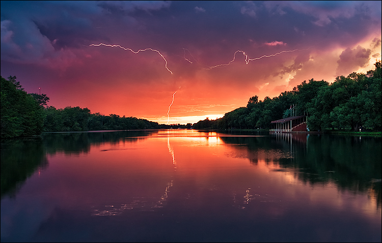 lightning in sunset || Canon5D/EF17-40L@17 | 2s | f13 | ISO100 | Tripod
