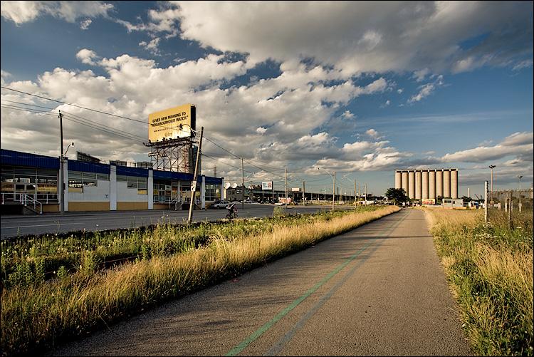 yellow billboard || Canon5D/EF17-40L@17 | 1/100s | f7.1 | ISO200 | Handheld