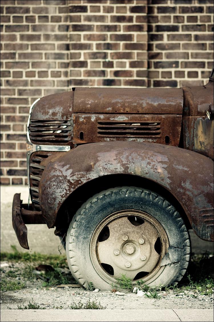 brown truck, white tire || SonyA700/Zeiss135 | 1/250s | f2 | ISO200 | Handheld
